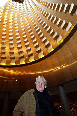 El arquitecto Hans Hollein, junto a uno de sus edificios en Vulcania. JEAN-PHILLLIPE KSIAZEK .AFP.