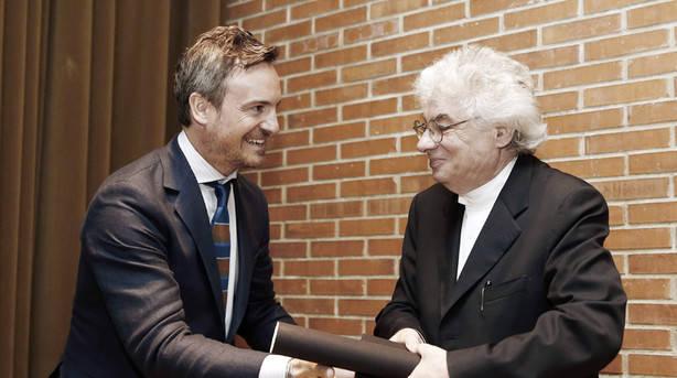 El arquitecto suizo Mario Botta (d) recoge de manos de Jose Ángel Medina, director de la Escuela Superior de Arquitectura el Premio Carvajal con el que ha sido galardonado por su trayectoria. (EFE)