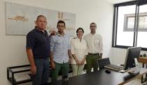 De izq. a dcha., Santiago Eguizábal (arquitecto técnico colaborador), Rayco Corujo (ingeniero colaborador), Sandra (arquitecta técnica) y Andrés Medina (arquitecto), en el estudio MT en Arrecife. | javier fuentes
