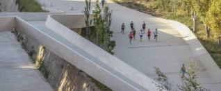 Un grupo de personas realizando actividades deportivas bajo ´El Valle trenzado sobre el río´ SERGIO FERRÁNDEZ