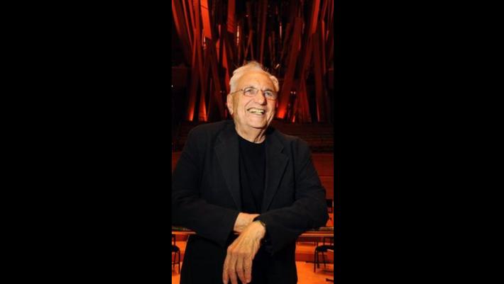 Frank Gehry , en la foto dentro de Walt Disney Concert Hall en 2013 , ha ganado J. Paul Getty Medalla de este año para las contribuciones de la carrera a las artes visuales . ( Wally Skalij / Los Angeles Times)