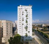 Vegetación que emerge a través de una torre de 'paredes blancas' pixeladas de Jean Nouvel en Chipre